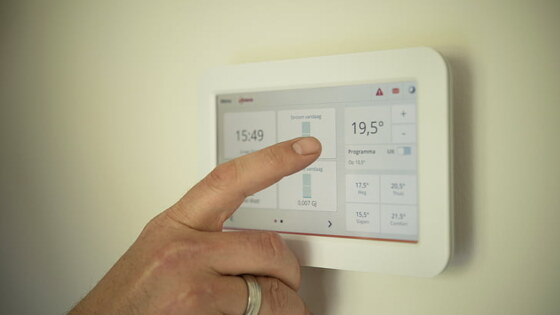 tablet-heating-man-pointing-preview