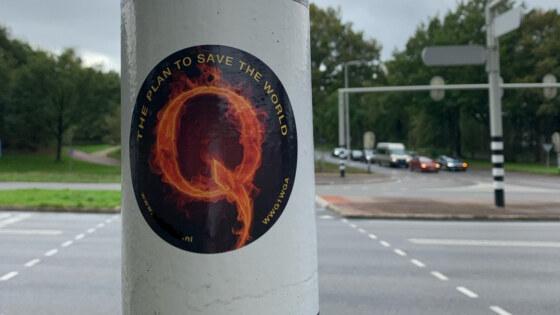 QAnon sticker op Edese lantarenpaal