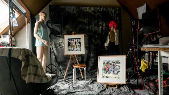 """Stilleven van het atelier en de fotostudio. """"De Kunstenaar blijft met lege handen achter."""""""