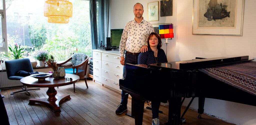 """Micha en Robbert: """"We hebben de dubbele pech dat we allebei beroepsmusici zijn."""" Wat ze altijd als een zegen hebben ervaren, is nu hun grote zorg geworden."""