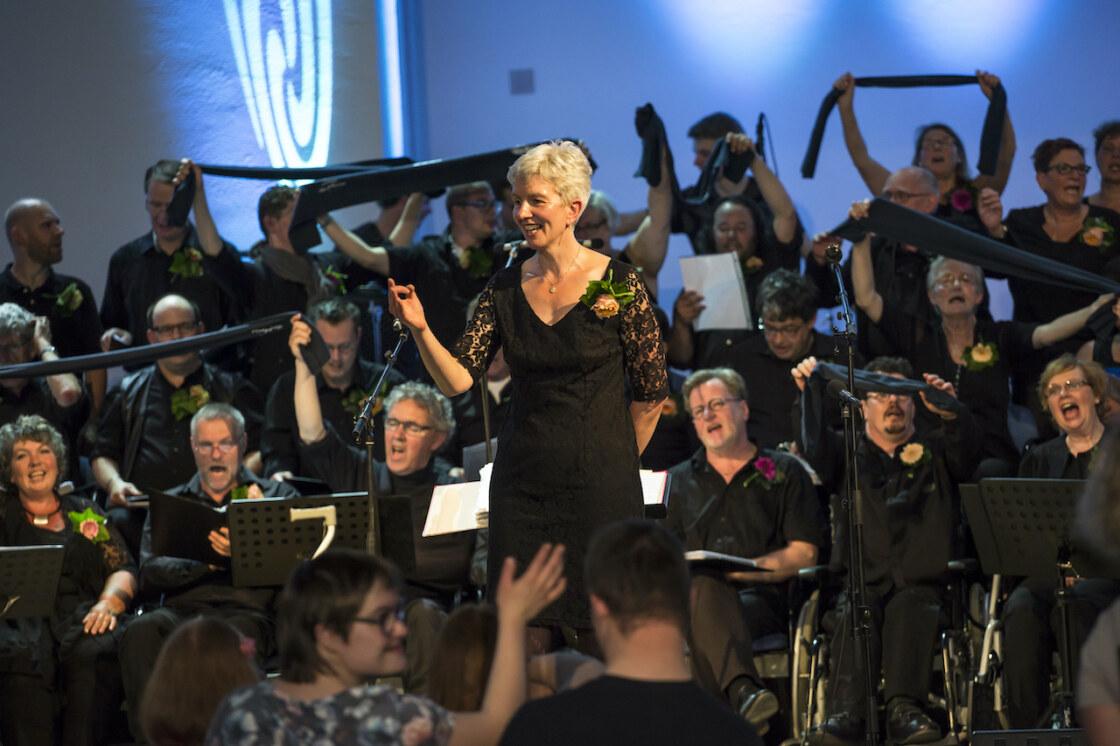 Dirigent-Karen-Brouwer-tijdens-jubileum-concert-OT.